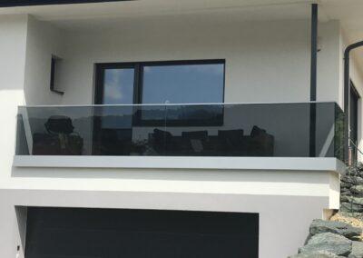 Schlosserei Strodl Nurglasgeländer mit grauem Glas