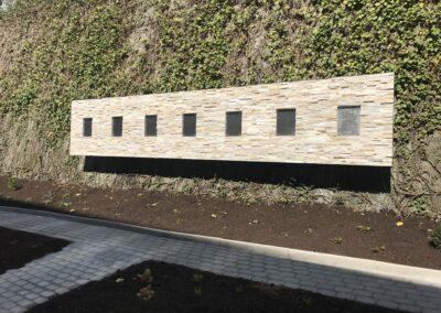 Schlosserei Strodl Steinwand auf Edelstahlkonstruktion