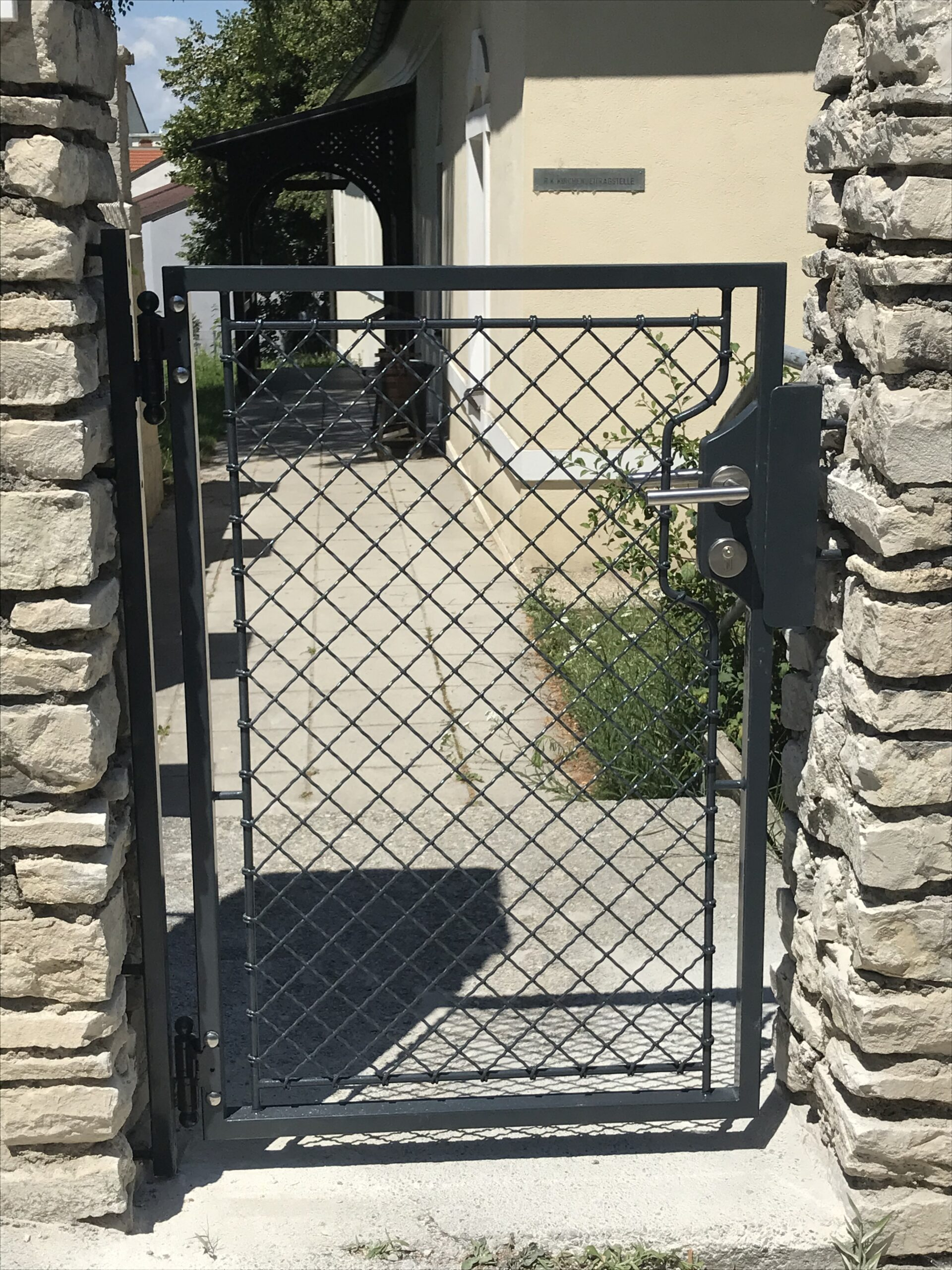 Schlosserei Strodl Gartentür mit Krippgitterfüllung
