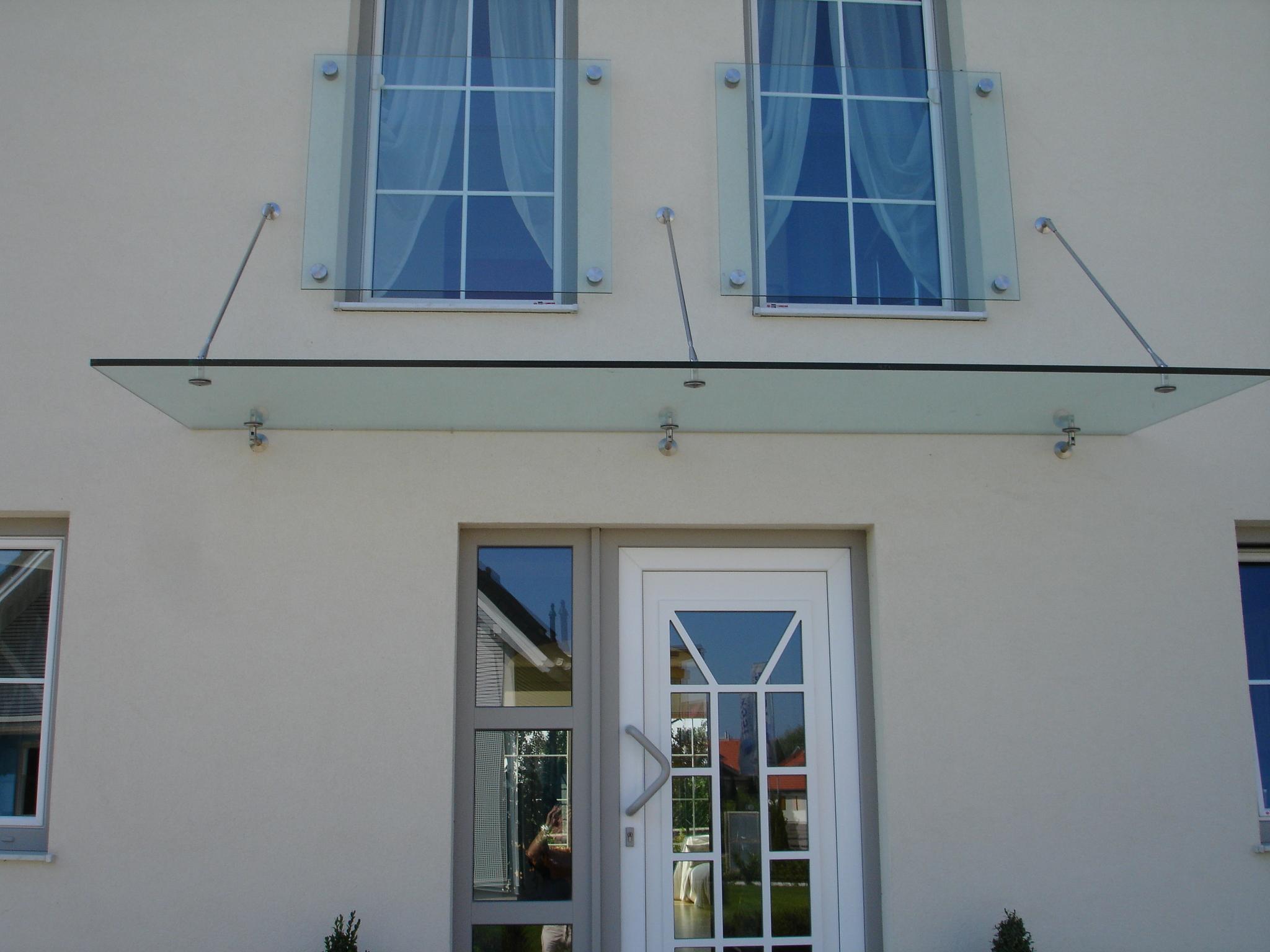 Schlosserei Strodl Glasvordach mit Abhängungen