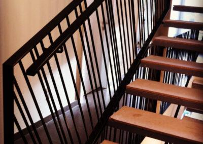 Schlosserei Strodl Stiegengeländer mit quadratischen Stäben