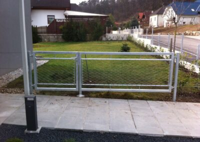 Schlosserei Strodl Zaun verzinkt mit Edeltahlnetz